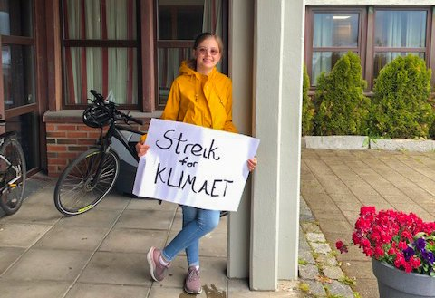 Klimademonstrant Ella Reidarsdatter Åland sto også sist fredag alene utenfor rådhuset. Hun vil fortsette å møte opp en fredag i måneden, og hun håper flere dukker opp etter hvert.