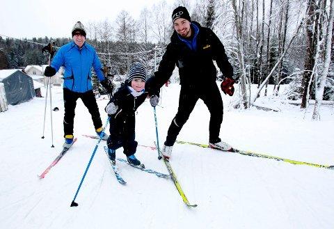 Det nye kunstsnøanlegget til Moss skiklubb i Mossemarka, er en suksess. Nå blir det mer penger til anlegget. Her er tre generasjoner avbildet i vinter: Ludvik Westheim Tomter, Kjetil Tomter og Morten Westheim