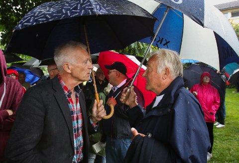Aksjonsgruppa Bedre Byutvikling Moss (ABBM) med folkemøte på plenen ved Storebro. De vil ha en utredning av flere alternativer til jernbaneløsning gjennom byen. Arild Svenson (til venstre) og Knut Christian Hallan.