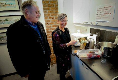 OPPFYLLER LOVEN: Hovedverneombud Nils-Jørgen Kraft ba Arbeidstilsynet vurdere om de midlertidige spiseforholdene på Moss rådhus er gode nok. Her sammen med ordfører Hanne Tollerud.