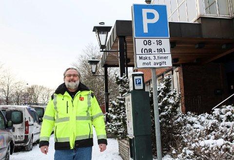 NYE P-REGLER: - Nå omprogrammeres parkeringsautomatene i sentrum til å godta maksimum tre eller fire timers parkering, sier ingeniør Morten Larsen i Moss kommune.