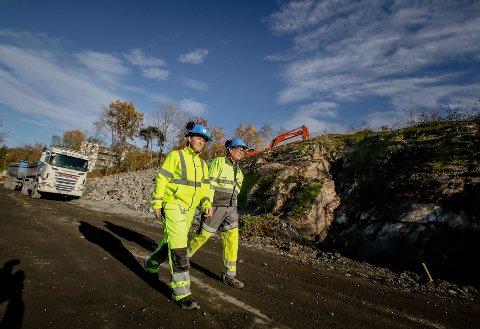 Tunnelåpningen: Her kommer innslaget til røminingstunnelen ved Røysåsen. Jarle Rasmussen og kommunikasjonsansvarlig i Bane NOR, Nina Kjønigsen informerer om jobben. Beboerne i blokkene i Røysveien (bak) vil merke smellene.