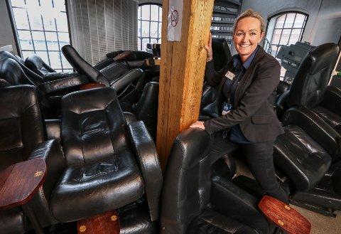 Alle stolene byttes ut når Odeon kino i Møllebyen pusses opp for 8,5 millioner kroner. GJENBRUK: De gamle skinnstolene fra luksussalen skal videre til kinoen i Sarpsborg. Kinosjef Trine Groth.