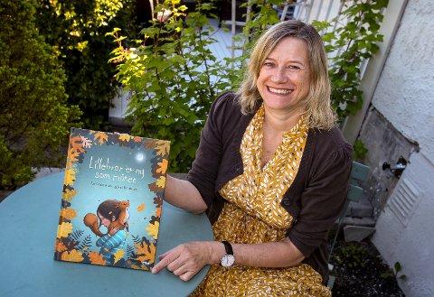 NY BOK: «Lillebror er ny som månen» er mosseforfatter Åse Ombustvedts fjerde bok. Her skriver hun for de minste barna om søskensjalusi.