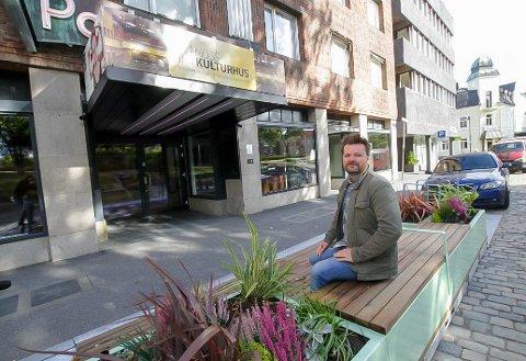 FORSLAG: Petter Fosse synes at Parkteatret fortjener et bedre inngangsparti, og foreslår at området utenfor gjøres helt bilfritt.