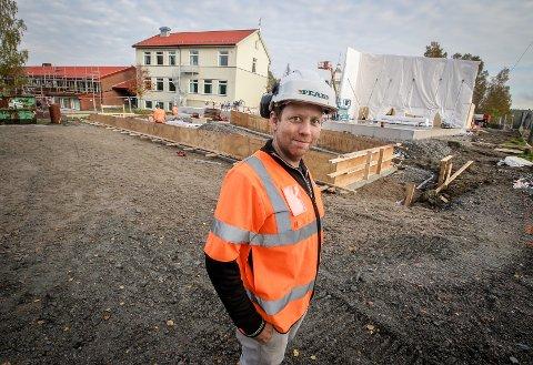 REISER SEG: Den nye gymsalen ved Svinndal skole begynner å ta form. Mikael Källsvik fra Peab er arbeidsleder.