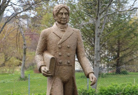 EN LITEN FEIL: Brønnøyværingene kan glede seg over den nye statuen av Georg Sverdrup. Et lite skår i gleden er det sikkert likevel at en eller annen har rotet med fødselsåret til eidsvollsmannen.