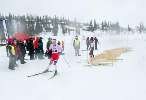 KM-TITTEL: Johannes Skistad gikk inn til sin andre KM-tittel i langrenn denne vinteren, da han vant klassisk rennet i Åsen søndag. Bildet er fra lørdagens renn med skibytte i Røyrvik, som  overhallingen også vant.