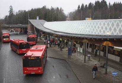 DYRERE: Fra søndag 29. januar blir det dyrere å reise med kollektivtransport. Arkivfoto