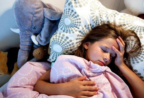 TRONDHEIM 20090805: Forkjølet liten jente. Har influensa. Smitte. Smittefare. Bakterier. Forkjølelse. Syk. Trøster seg med kosedyr i sengen. Har feber. Sover. Foto: Gorm Kallestad / SCANPIX NB! MODELLKLARERT