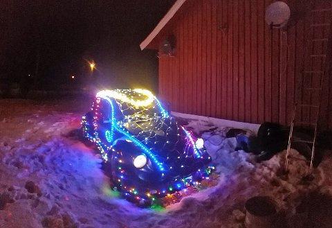LYSER OPP: Den gamle bobla til Nørstad har fått på seg finstasen til jul. Foto: Privat