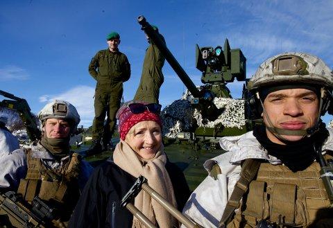 BESØKER ØVELSE: Stortingsrepresentant Liv Signe Nararsete sammen med soldatene Markus Boe (th) og Casper Holtan fra Telemark bataljon under skarpskytingsøvelsen i Halkavarre.
