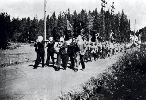 RETT ETTER KRIGEN:  Musikkorps og barn marsjerer i den berusende fredsvåren, her fra Lørenskog.