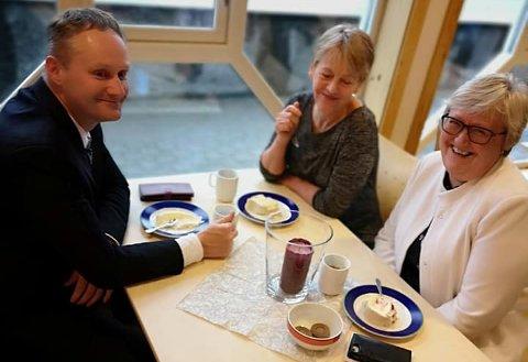 FEIRET ROBE-XIT: Ordfører Øyvind Evanger (f.v.), kommunestyrerepresentant Olaug Bergset (Sp) og Fylkesmann Elisabeth Aspaker tar en kakebit i anledning at kommunen har kommet seg av ROBEK-lista etter 14 år.