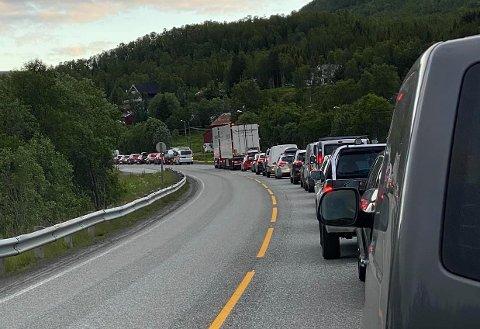 LANG KØ: Det vil være manuell dirigering og følgebilkjøring på E8 i Ramfjord fram til klokken 06.00 mandag morgen.