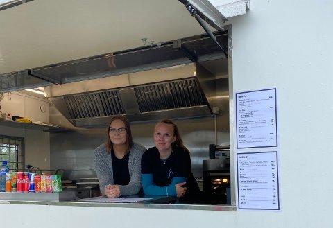 SERVERING: I dag åpnet Susann Simonsen og Karen Henriksen lukene på foodtrucken ved Blåisvannet i Lyngen.