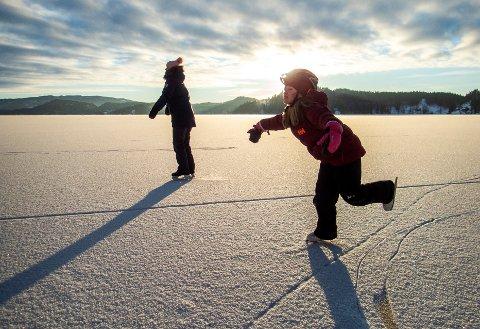 NVE anbefaler at det er minst 10 centimeter stålis før man går på isen. Illustrasjonsfoto