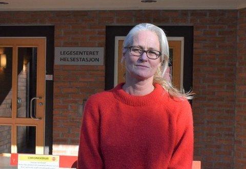 HOLD AVSTAND: Kommuneoverlege Rebecca Setsaas i Østre Toten anmoder folk om å holde to meter avstand når de kan. – Da slipper du karantene og du blir ikke smittet, sier hun.