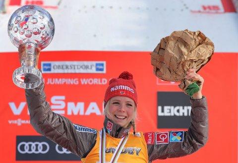 Maren Lundby har fått overrakt verdenscuptrofeet to ganger tidligere, her fra verdenscupavslutningen i Oberstdorf i 2018.