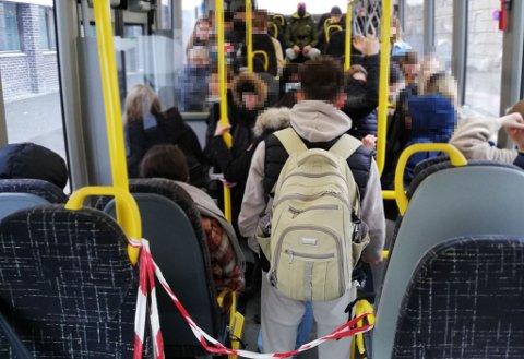 SKOLEBUSS: Slik kan det se ut på skolerutene i Gjøvik en morgen eller ettermiddag. Kun fåtallet av passasjerene har munnbind.