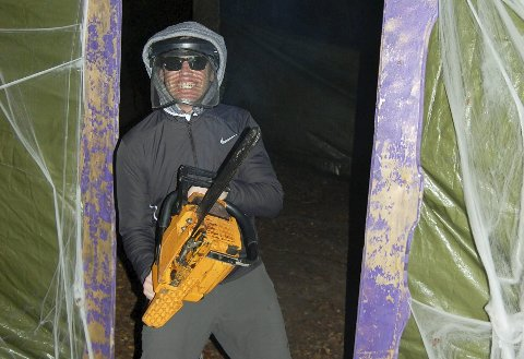 Motorsagmannen: Håkon Gulbrandsen trakterte motorsagen med et smil om munnen i den voksne løypa.