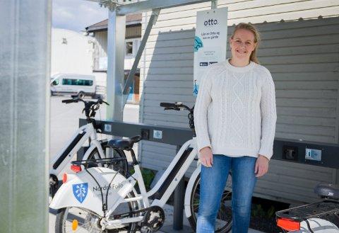 KOMMER OGSÅ ANDRE STEDER: Så langt er det bare satt ut el-bysykler i Ski, som her i idrettsparken. Men neste år kommer de til Oppegård, lover avdelingsleder Nina Larsen Tveten i Nordre Follo kommune.