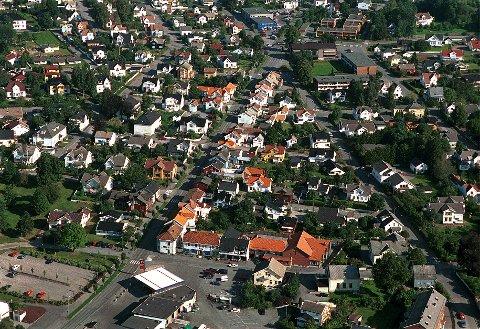 Flybildet viser den nedre og eldste delen av tettbebyggelsen på Nanset. I trekanten mellom Nansetgata til venstre, Greveveien til høyre og Dr. Holms vei nederst grodde den første bebyggelsen opp sist på 1800-tallet. Den gamle bygrensa gikk rett nedenfor Dr. Holms vei.