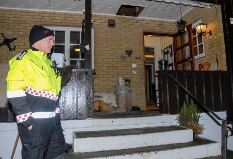 Ordnet opp: Innsatsleder Oscar Eliassen fra brannvesenet sier huseier gjorde helt rett i å holde seg utenfor huset og melde ifra til nødetatene.
