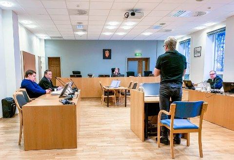VOND DAG FOR BEGGE PARTER: Både Trond Opsahl (sittende til venstre) og Roger Albin (stående i vitneboksen) syntes det var vondt å møte i retten. De to er ikke enige om hva som har skjedd de siste tre årene.