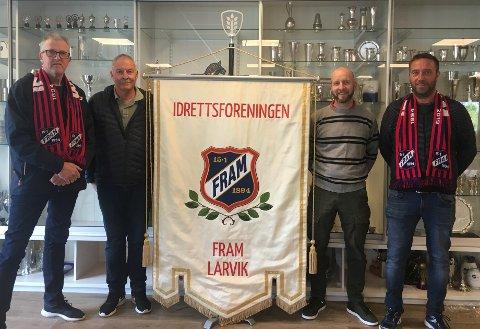 Steinar Nyland, Rolf Nilsen, og Rune Holst Bloch (t.h.) i Fram var storfornøyde med ny fane overrukket idag av Per Henrik Langseth Zagar, sjef på flaggfabrikken.