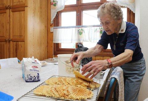 I SVING: Her er Olga i sving på kjøkkenet i Risberget samfunnshus. VAffelsteking var en av oppgavene denne gangen.
