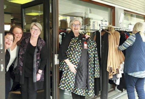 BLIDE: Kari Halstenshoff (fra venstre), Inge Lise Hessen, Anne Løndalen, Liv Sagen og Torill Bronken sørger for at det alltid er trivelig å komme innom Rubens Kvinner i Elverum. Foto: Privat