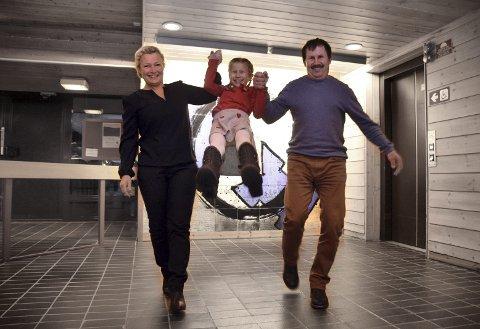 MORSOMT MIDTPUNKT: Celine Nysveen (8) er midtpunktet for mamma Sussan og pappa Frank.