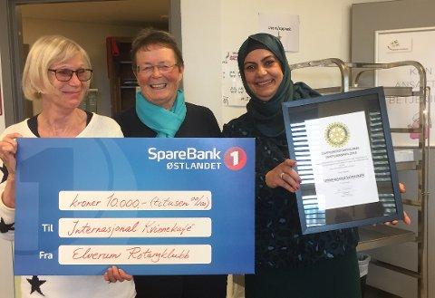 SAMFUNNSPRISEN: Karen Risom Olsen (til venstre)  og den som hadde ideen, Luma Al-Shabaan, (til høyre) mottok samfunnsprisen av Anne-Birthe Aakrann Eek (i midten).
