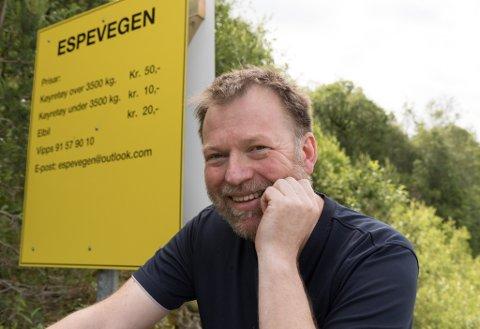 TAKSTANE: Her er takstane for å køyre trygt mellom Naustdal og Førde, fortel grunneigar og næraste nabo Magnar Indrebø.