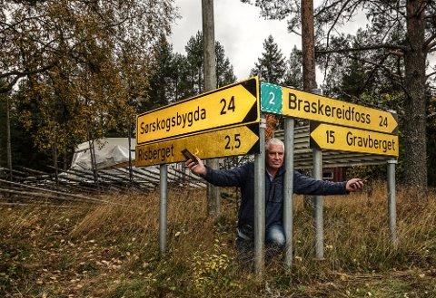 I ALLE RETNINGER: – Vi har problemer i alle retninger, sier Odd Fylling i Risberget, på jakt etter sikker strøm og mobildekning.
