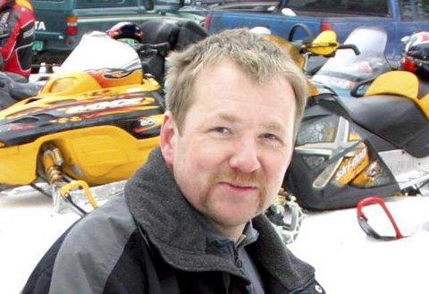 KULDE OG SNØ: Arild Bredesen i scootergruppa til Åsnes Finnskog IL synes det har vært en tragisk scootersesong. Nå venter de på kulde og snø for å få med en siste rest av sesongen.
