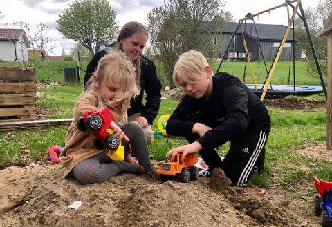 BARNEHAGEVALG: Embla (3) må begynne i ny barnehage til høsten, fordi Veien skal legges ned. Her er hun hjemme med storebror Torgrim (12) og mamma Marthe Svendsen Aune.