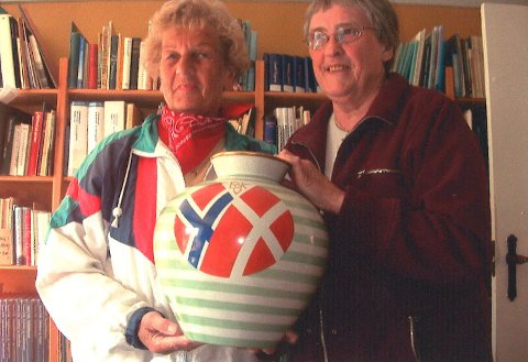Bjørg Johannessen med sin venninne Kirsten Vestergård og vasen som ble gitt i gave fra Porsgrunn kommune til skipsreder Erik Kromann.
