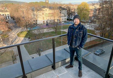 UTSIKT: Det er ikke noe å si på utsikten fra takterrassen. Solbu og filmteamet lager ny NRK-serie, og da de trengte urbane scener, dro til øya i elva. Serien handler om mer rurale forhold.