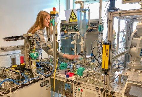 PÅ LABBEN: Mye av utdanningen består av praktiske utfordringer. I dette semesterlange prosjektet fikk Cecilie Dortea Gløsmyr (21) og medelevene satt automasjonsferdighetene i arbeid.