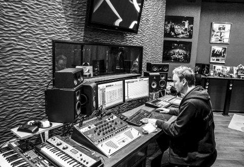 I studio: Johan som jobber i studioet sitt, Kick Ass Studio, i Oslo sentrum. I bakgrunnensees blant annet platina for låten «Styggen På Ryggen» og albumet Slekta II.