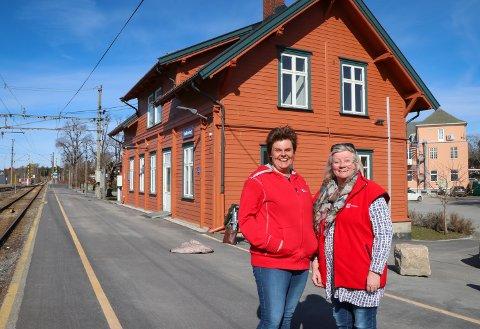 GLADE: Nina Ødegård (t.v.) og Torhild Fossli i Rakkestad Røde Kors gleder seg til å flytte inn i nytt hus med nye muligheter.