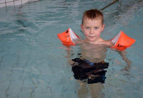 Ivrig: Filiph Helgå (6) var med på feiringen av det over dobbelt så gamle Moheia Bad, og trivdes veldig godt i det varme vannet. Foto: Kenneth Haagensen Husby