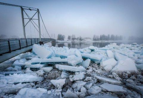 Skonseng 2017: Brua ble tatt av isgang i elva og kabler ble slitt av. Illustrasjonsfoto: Øyvind Bratt