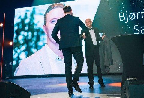 Hedret av storsjefen. Her blir Bjørn Harald Sandvik hedret i Oslo av  administrerende  direktør i DNB Eiendom, Terje Buraas