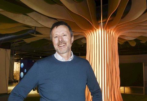 Vitensenterets blodferske daglige leder Geir Bjørkøy er professor i cellebiologi. Han kom til Vitensenter Nordland fra en professorstilling ved NTNU.