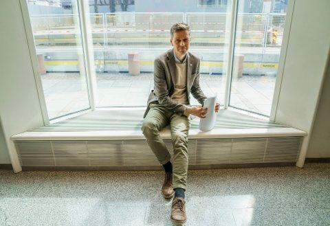 Samferdselsminister Knut Arild Hareide er klar i sin tale. - Flyplassen skal bygges og den skal stå ferdig i 2025.