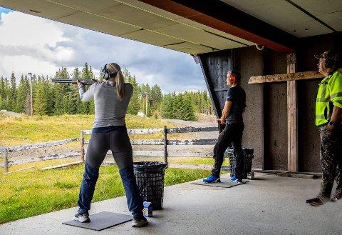 I AKSJON: Kine Bekk Hagen i aksjon på lerduebanen. Skyteinstruktør Per Cocozza følger nøye med. Se flere bilder i bildekarusellen.