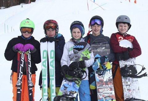 Mange er svært fornøyde med den nye bakken, og disse guttene er spesielt glad i alle railene.